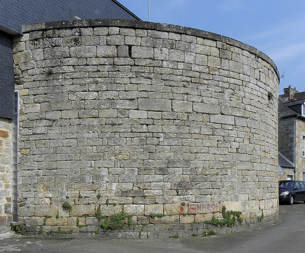 Guingamp_(22)_Remparts_02